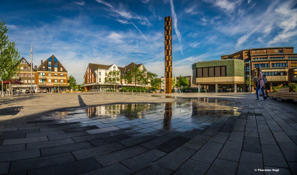 Das Bild zeigt den neugestalteten Voerder Rathausplatz