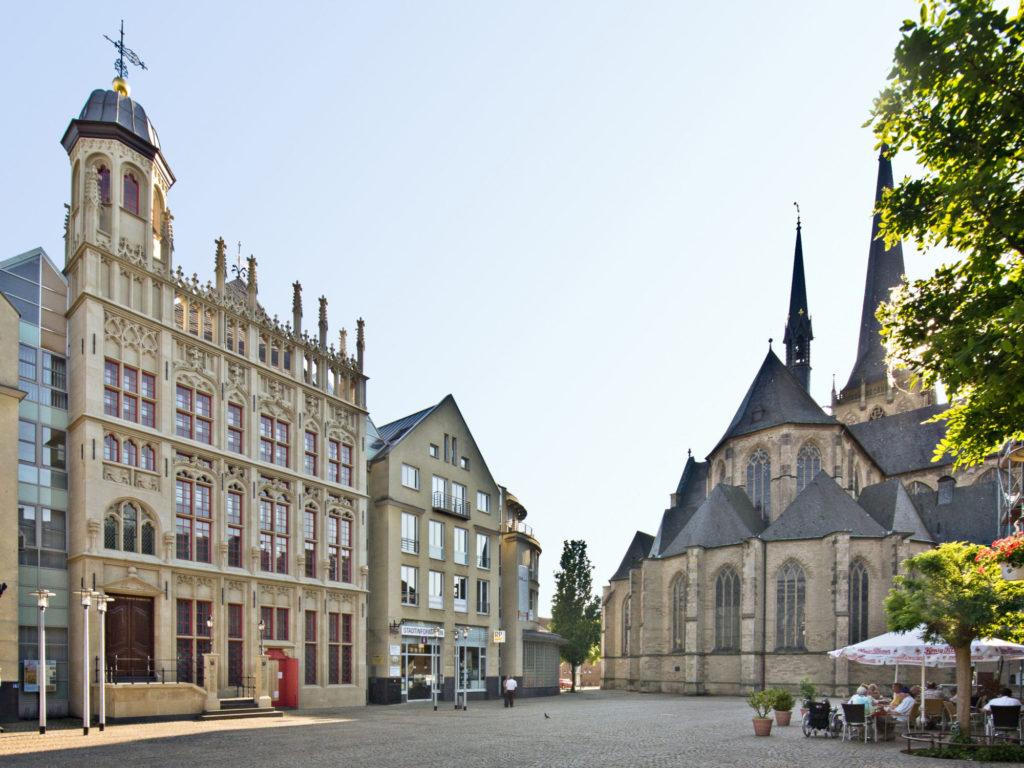 Wesel_Großer Markt mit Rathausfassade und Dom